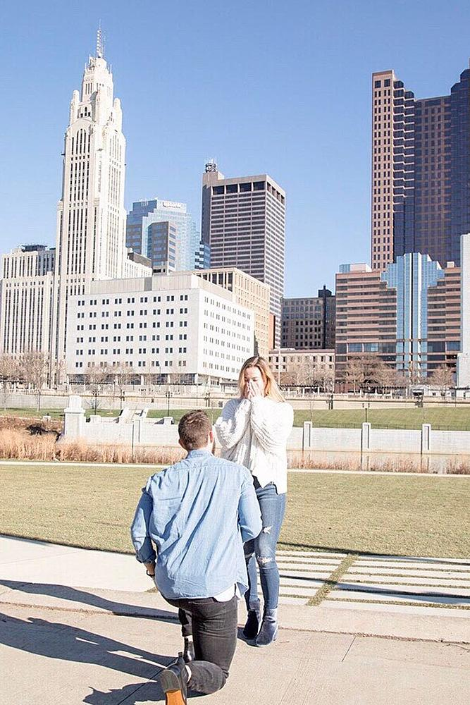 proposals man propose a woman at the city