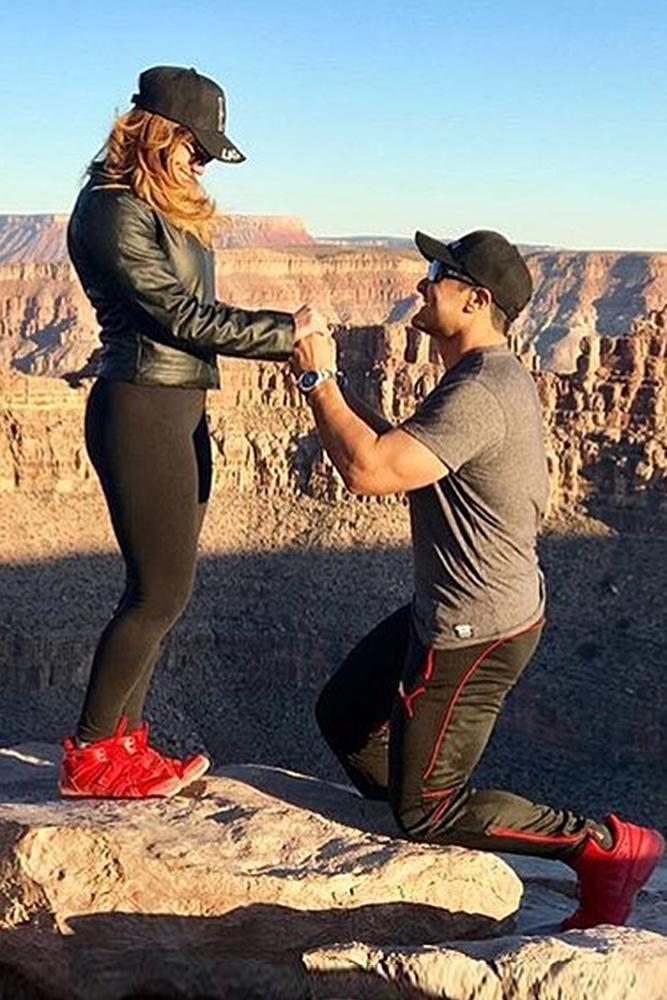 wedding proposal ideas man propose a woman mountains