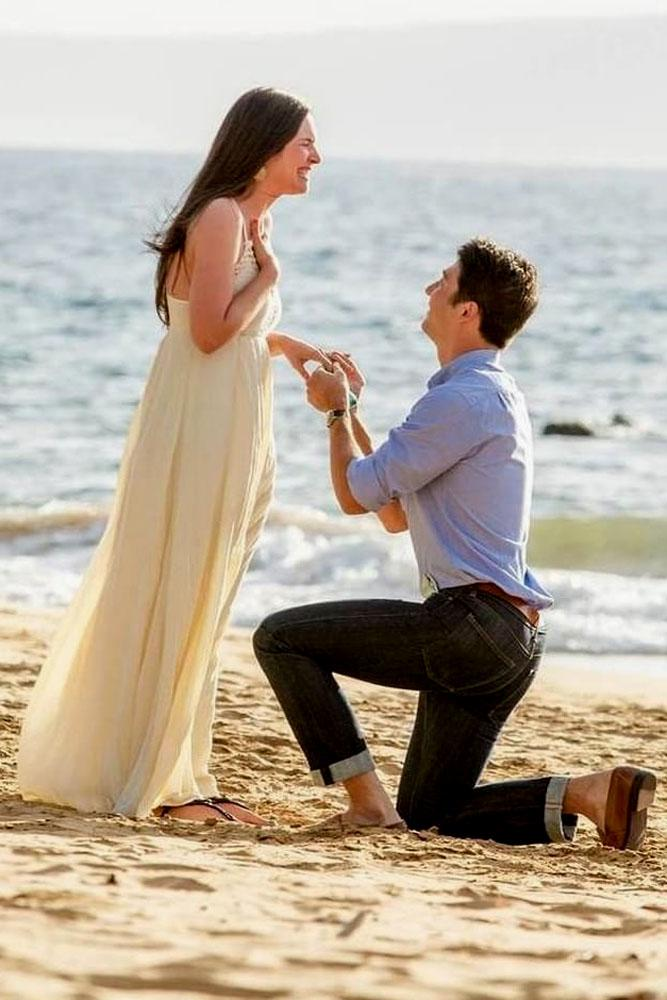 beach proposal ideas man do proposal on the beach on one knee