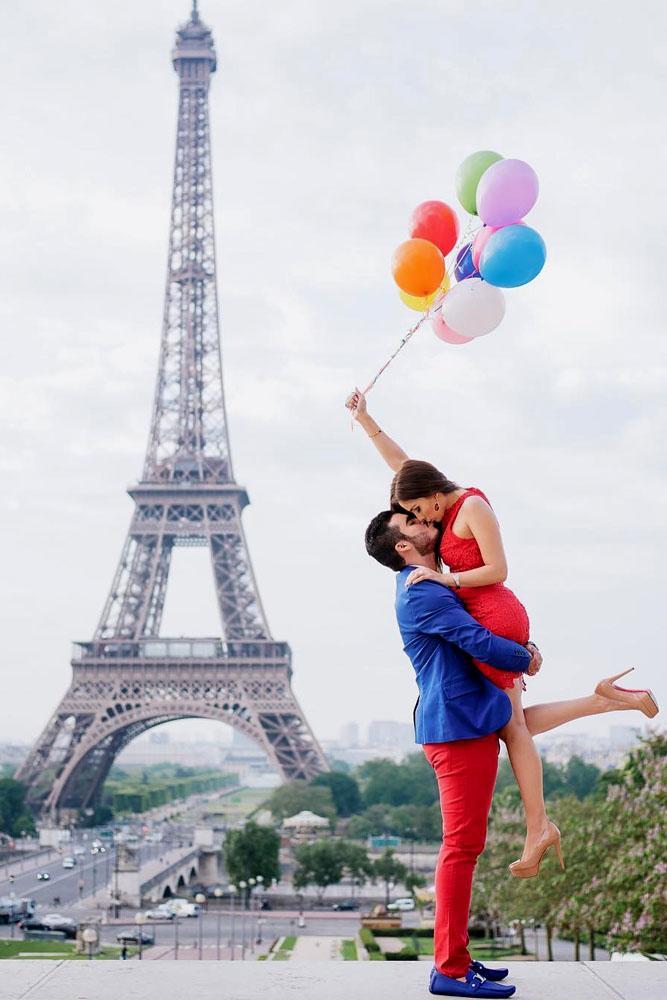 summer proposal paris girl with balloons