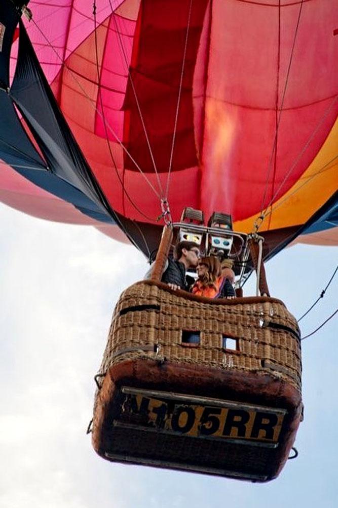 engagement photo idea couple drive a balloon