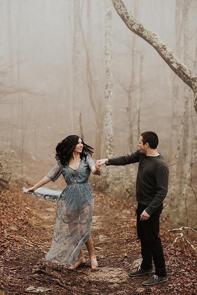 engagement photo ideas man and woman forest outdoor