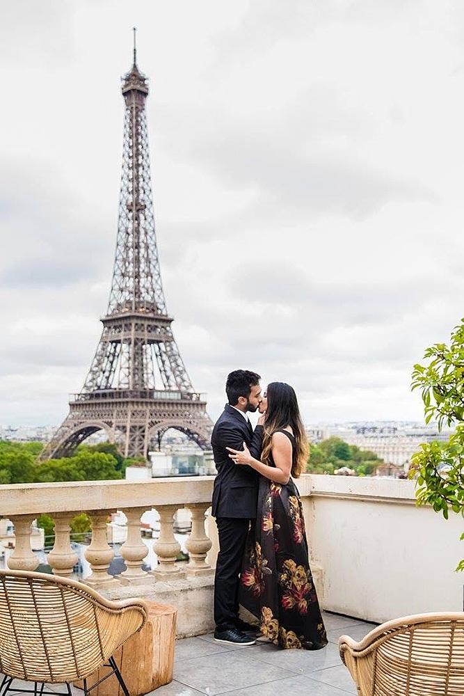 engagement photos eiffel tower couple romantic