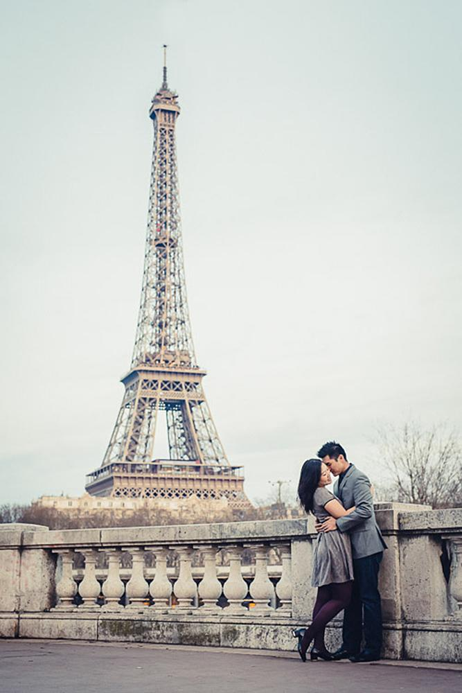 engagement photos man and woman eiffel tower