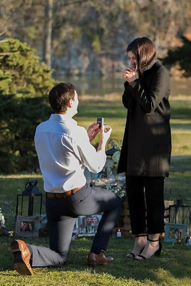 creative proposal ideas man propose a woman in the park
