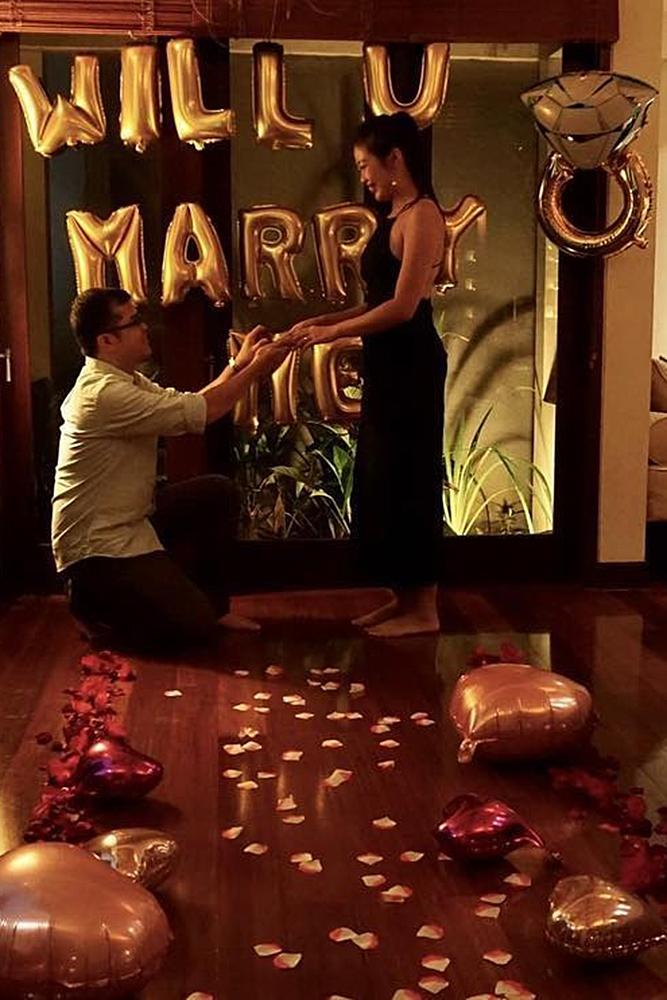 valentines day proposal romantic proposal at home balloons roses