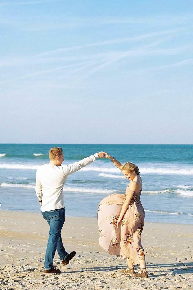best beach proposal romantic dance on a plage with fiancee