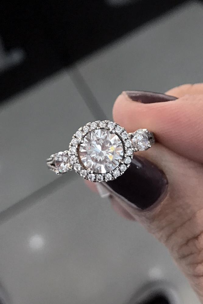 diamond halo tiny halo round roundcut diamond in the engagment ring